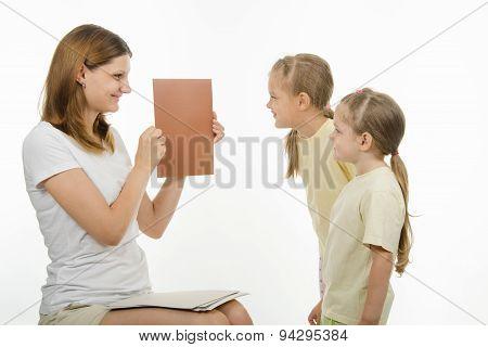 Mom Teaches Children To Distinguish Colors