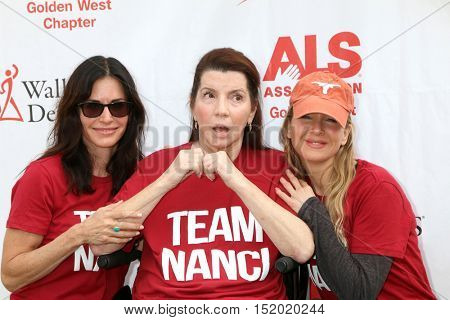 LOS ANGELES - OCT 16:  Courteney Cox, Nanci Ryder, Renee Zellweger at the ALS Los Angeles County Walk To Defeat ALS at the Exposition Park on October 16, 2016 in Los Angeles, CA