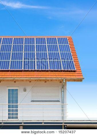 ein schönes Haus mit Sonnenkollektoren