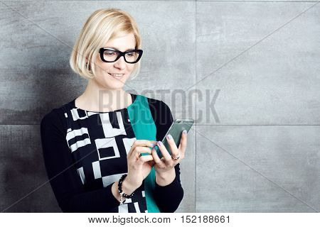 Retro styled woman using mobilephone.