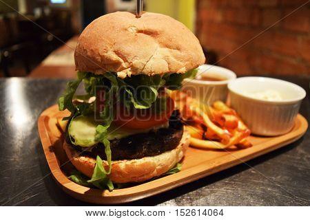Super Veggie Burger com Frtas e Acompanhamentos