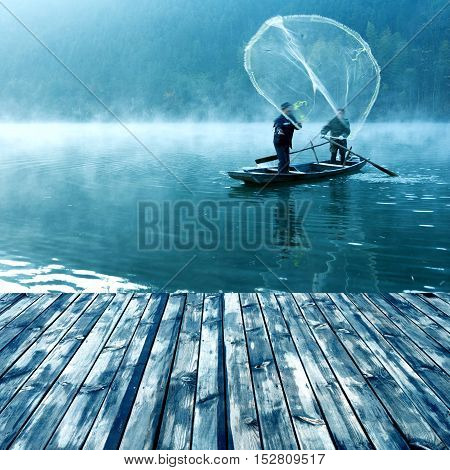 The morning of the lake, the boat fishermen are casting nets.