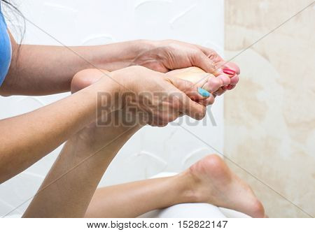 the process of foot massage treatments in the beauty salon