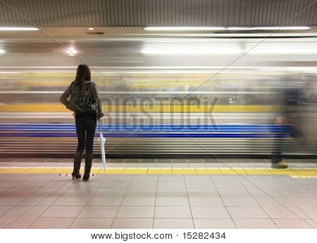 Mujer solitaria viendo la velocidad de metro por