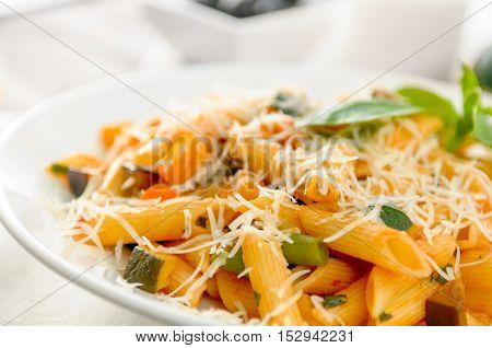 pasta whith vegetables and cheese on the plate