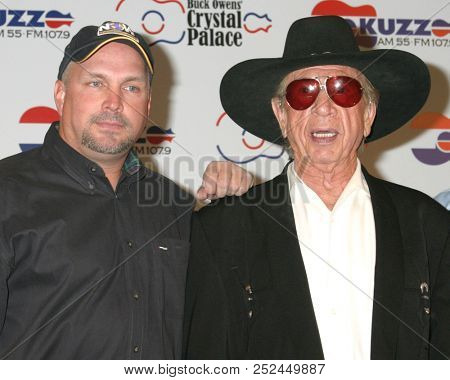LAS VEGAS - MAY 17:  Garth Brooks, Buck Owens at the Buck Owens Announces Legends in Bronze Unveiling at 2005 ACM Awards at Mandalay Bay on May 17, 2005 in Las Vegas, NV