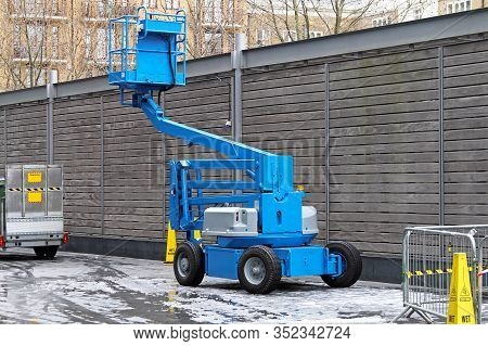 Articulating Blue Boom Lift For Construction Work
