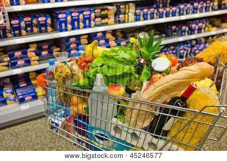 a shopping cart is a transition between the shelves of a supermarket.