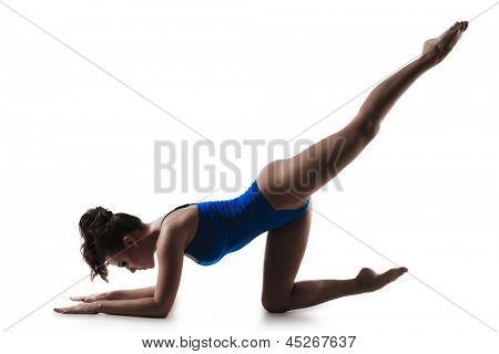 Junge Frau trainieren und dehnen, isoliert auf weißem Hintergrund