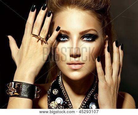 Moda Rocker estilo modelo retrato. Penteado. Roqueiro ou Punk mulher maquiagem e penteado