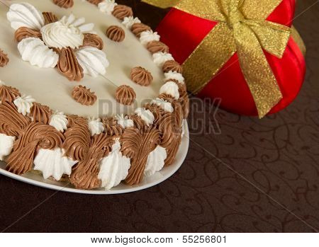 Gateau and the gift box decorated