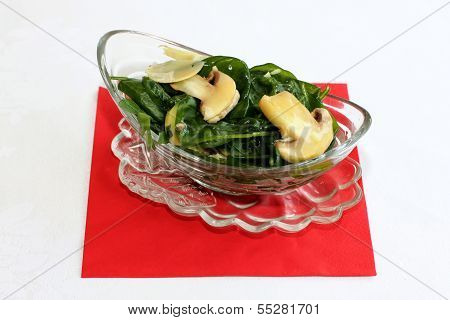 Fresh salad with spinach and mushrooms