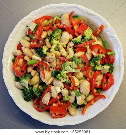 Bean and fresh vegetables salad