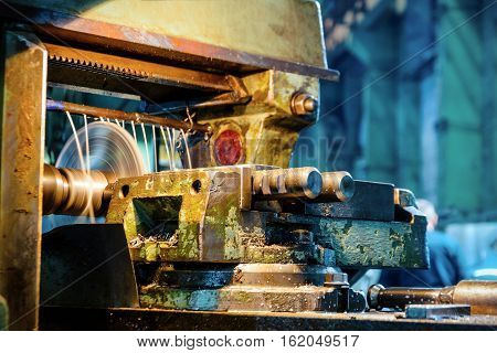 Horizontal Milling Machine. Milling process using a disk cutter.