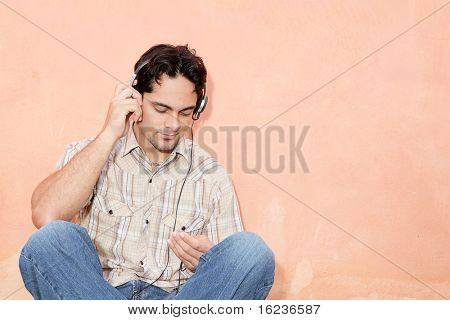 mens en oortelefoon of hoofd set en mp4
