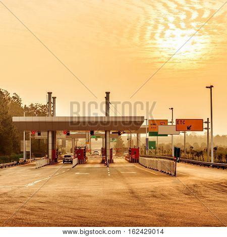 China's snelweg tol en twilight voertuig landschap.