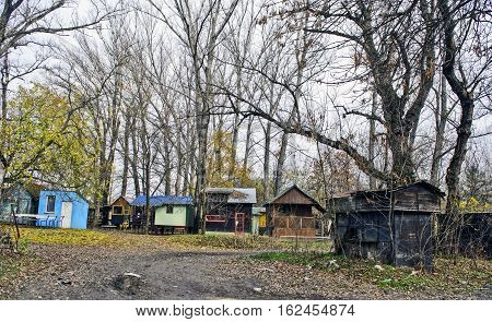 Small houses for accommodation of fishermen and fishing tackle and relaxing near the river.