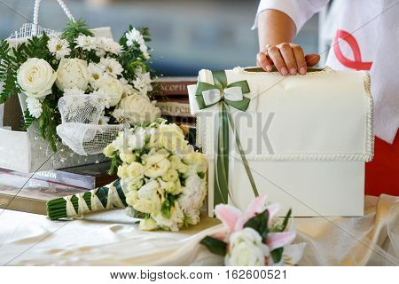 A table for wedding presents decorated with bouquets of roses