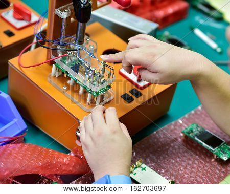 Simple industrial device for battery quality control