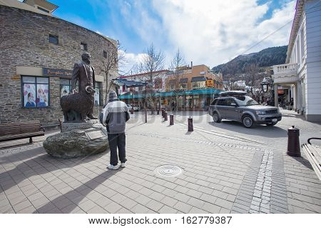QUEENTOWN NEW ZEALAND-SEPTEMBER 6:tourist standing and looking to  with william gilbert rees statue in queen town on september 6 , 2015 in New Zealand