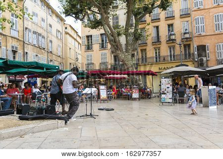 AIX EN PROVENCE,FRANCE-AUGUST 9,2016:a band is playing for the public to Aix en provence that resting in bars during a summer day.