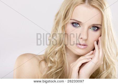 Frau mit schönen blonden Haaren und mehrfarbigen Make-up isoliert auf weißem hintergrund hübsch jung