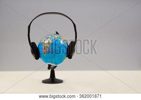 Worldwide Online Concert. E-concert. Global Music Streaming. Internet Entertainment. Globe In Headph