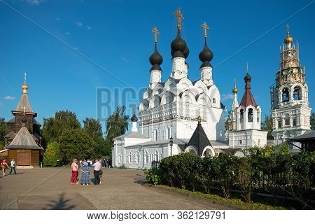 Murom, Russia - August 24, 2019: Tourists And Pilgrims Near The Trinity Of The Life-giving Cathedral