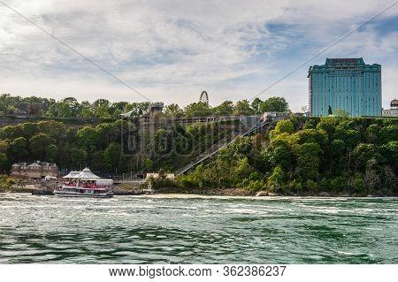 Niagara Falls, Ny, Usa - June 12, 2019: The Passenger Ferry Picks Up Tourists At Niagara Falls Pier