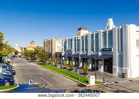 Las Rozas Village, Madrid, Spain - 30 September 2016: Parking And Outdoor Storefronts At Las Rozas V
