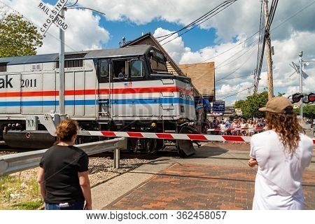 Old Orchard Beach, Me, Usa August 27, 2017: Beachgoers Await A Train To Pass Before Hitting The Sand