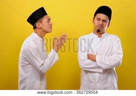 Young Asian Muslim Men Ignore The Apologize Of His Muslim's Brother. Bad Attitude In Ramadan