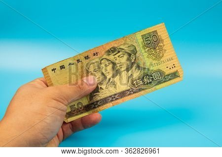 Man Hold China 1980 Old Banknotes. An Old Paper Banknote, Vintage Retro. Famous Ancient Banknotes. C