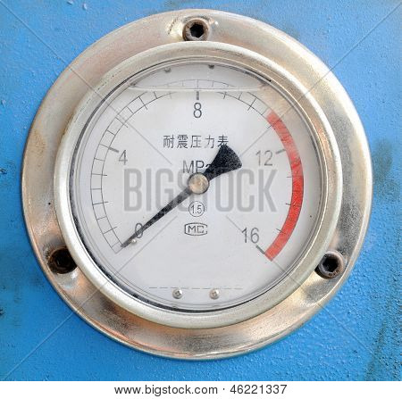 Seismic electric contact pressure gauge