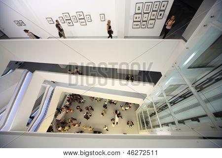 Moskau - AUG 16: Top-Down Ansicht auf Fotoausstellung atomaren Zivilisation in Multimedia-Kunst-Museum