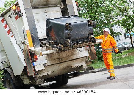Trabajador municipal camión recolector de basura reciclaje carga de desechos y basura bin
