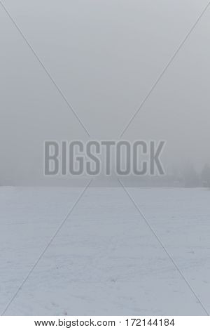 Snowy morning and heavy fog. Visibility of 30 meters, free sprostranstvo in the snow, the horizon is not visible for the thick fog.