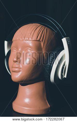great white headphones demonstrates plastic mannequin head