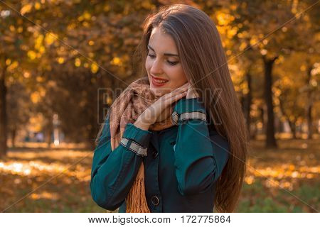 girl is worth turning sideways in the Park and keeps hands near the face