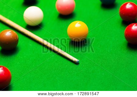 snooker balls and cue on the table