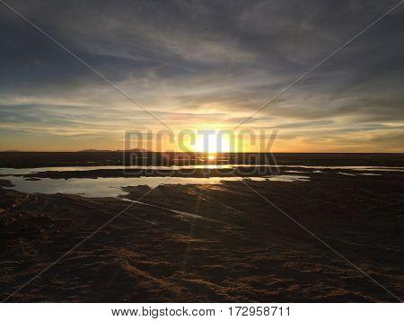 Puesta de sol en el salar más grande del mundo, el salar de uyuni
