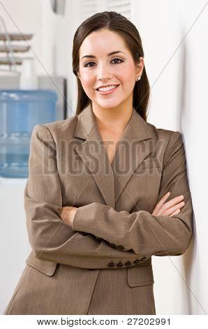 Empresaria sonriente con los brazos cruzados
