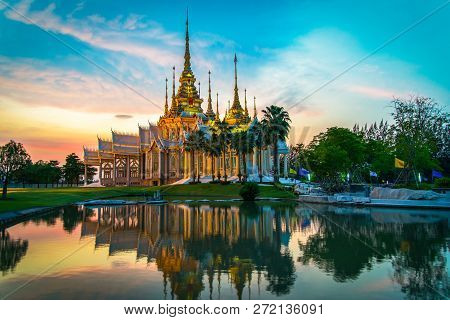 Temple Thailand / Beautiful Thailand Temple Dramatic Colorful Sky Twilight Sunset Shadow On Water Re