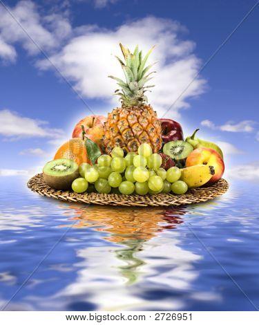 Obstkorb am Himmel und Wasser.