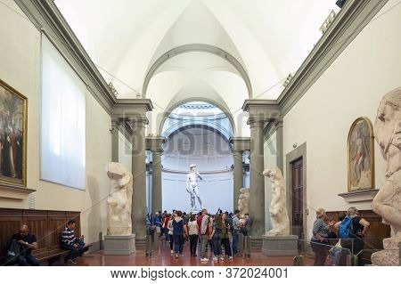 Florence, Italy - October 2019: A Crowd Of Visitors Gathering In The Galleria Dell'accademia Di Fire