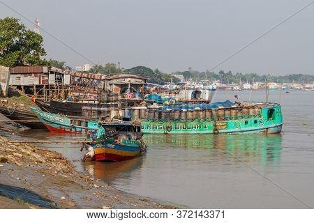 Khulna, Bangladesh - November 16, 2016: Boats On Rupsa River In Khulna, Bangladesh