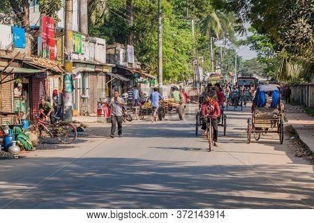 Khulna, Bangladesh - November 16, 2016: Traffic On A Street In Khulna, Bangladesh