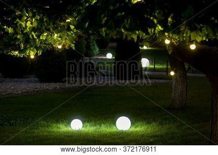 Illumination Backyard Light Garden With Electric Ground Lantern With Round Diffuser Lamp With Garlan