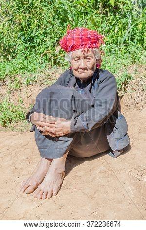 Kalaw, Myanmar - November 25, 2016: Old Village Lady In The Area Between Kalaw And Inle, Myanmar