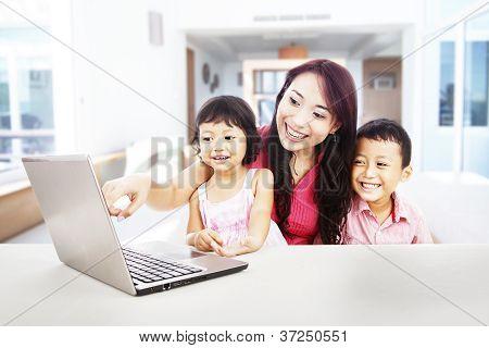 Familia feliz disfrutando de entretenimiento portátil